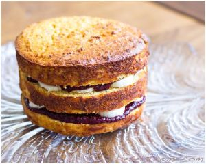 Cut the cake into layers and fill with jam and banana. Photo: Lisa Fuchs