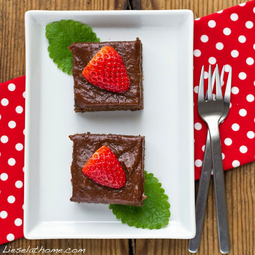 brownie-cake-w-strawberries-s[1]